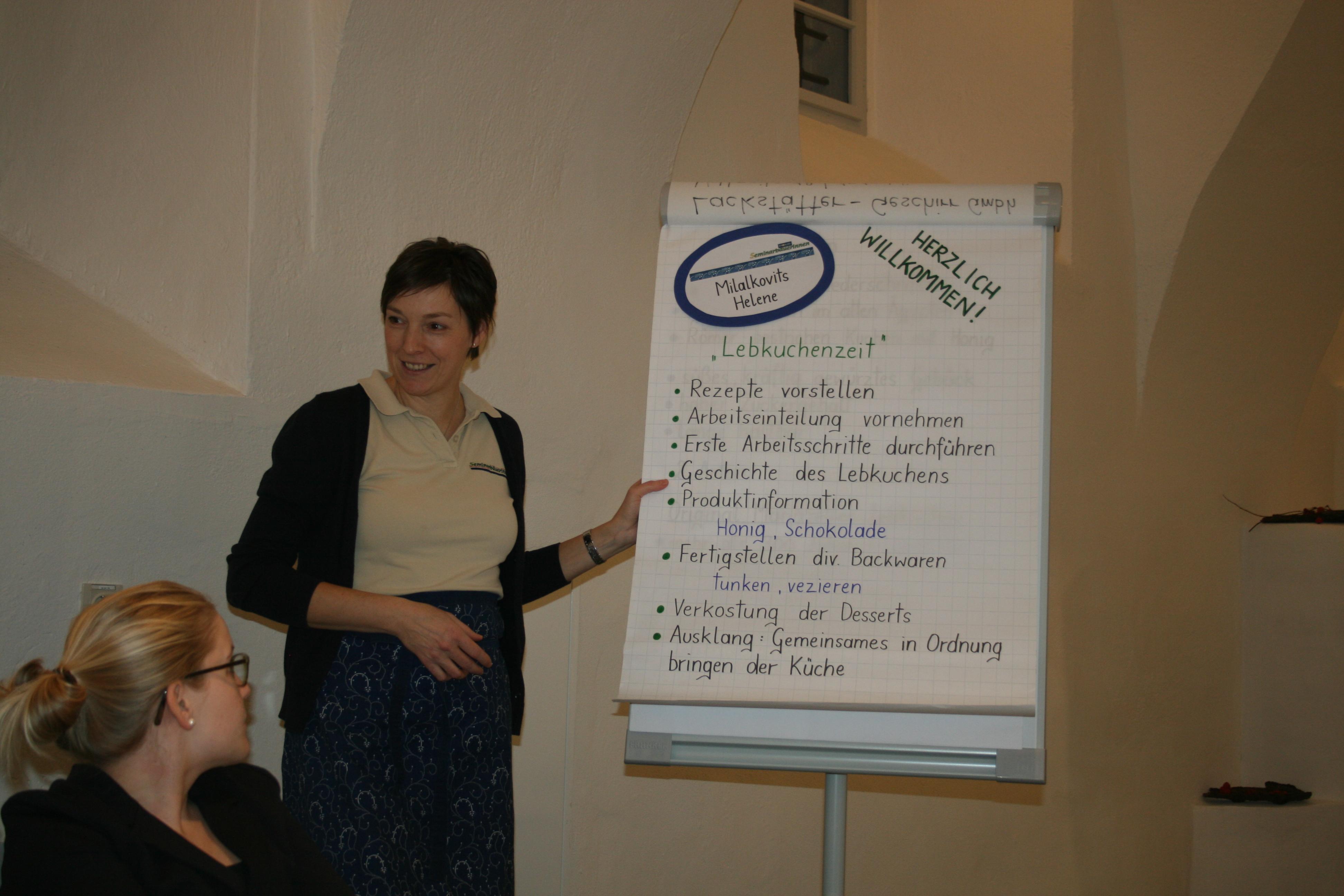 Seminarbäuerin Helene Milalkovits erklärt den Kurs Foto © Kerstin Kranzler