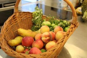 Obst und Gemüse im Korb zum Einmachen
